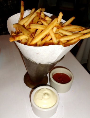 Pommes Frites: French Fries with Garlic Aioli and Ketchup (7.5/10).